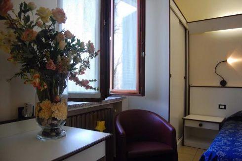 Hotel Visconti Cremona - camera blu e fiori