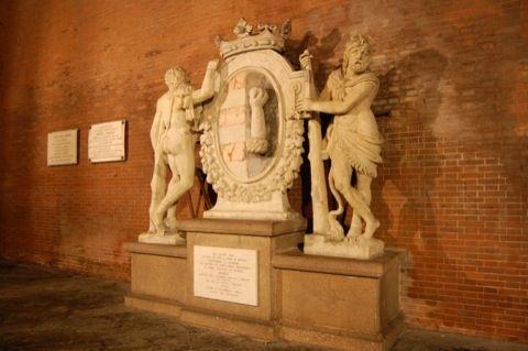 gruppo scultoreo sovrastante la vecchia porta Po